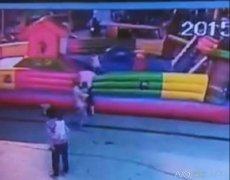 广西一3岁女童玩充气城堡被吹飞